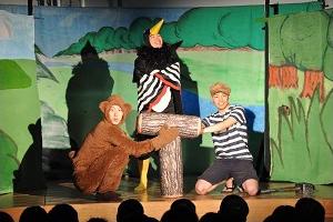 自作演劇を携え、子どもたちと交流